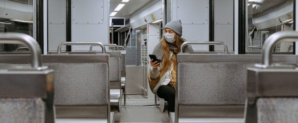 woman-wearing-mask-on-train-3962264_gotowy